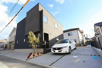 黒いシックな建物に映えるシンプル外構