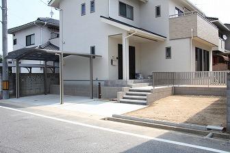 建物に合わせてベージュ×白で統一したシンプル外構